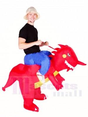 Fahrt auf roten Dinosaurier mit aufblasbaren Halloween Weihnachts kostümen für Erwachsene