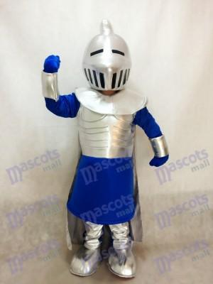 Silberner Ritter im blauen Maskottchen Kostüm Leute