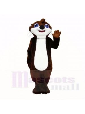Lächelndes hochwertiges Otter-Maskottchen kostümiert Karikatur